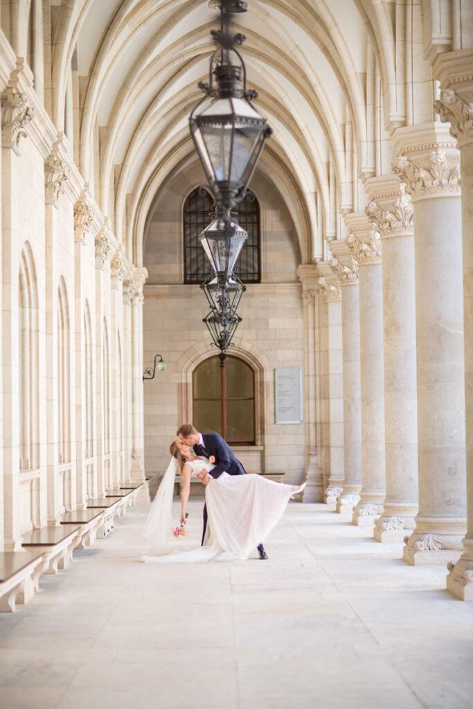 Kuss im Rathaus zwischen den Säulen